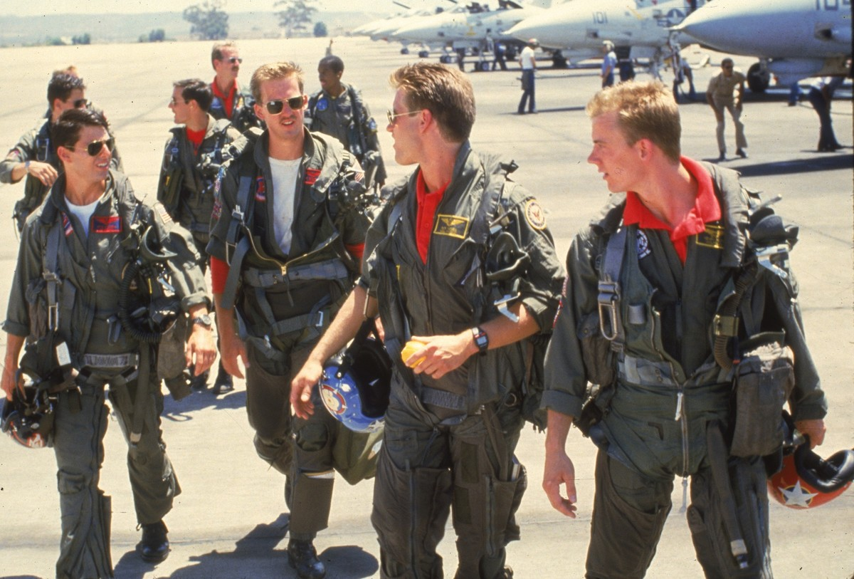 tom cruise anthony edwards and whip hubley walking in top gun