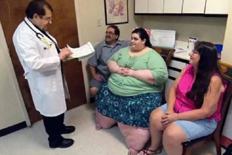 Amber sits in between her parents while talking to the doctor.